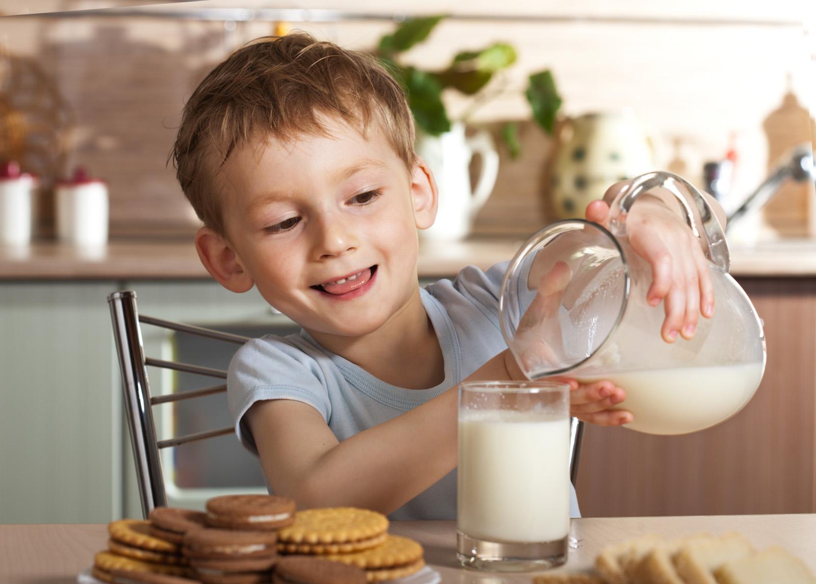 Ребенок пьет молоко с прополисом
